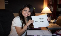 كتابة اسمك او أي شيئ أخر في ورقة تحمله سلينا غوماز