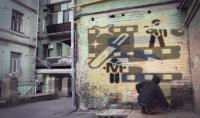 فيديو لرجل يبخ شعارك أو صورتك على الحائط   3 انتروهات مجانا
