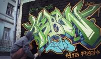 فيديو لرجل يبخ شعارك أو أي صورة تريدها على الحائط