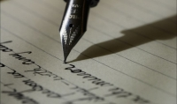 بكتابة نصوص ومقالات باللغة العربية و الفرنسية بالإضافة إلى تلخيص كتب ونصوص